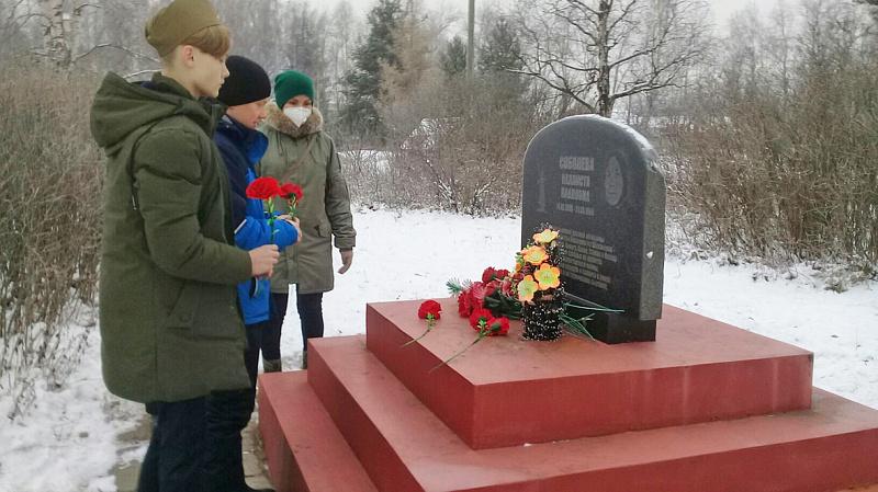 В Шенкурске в День матери возложили цветы к памятнику солдатской матери.